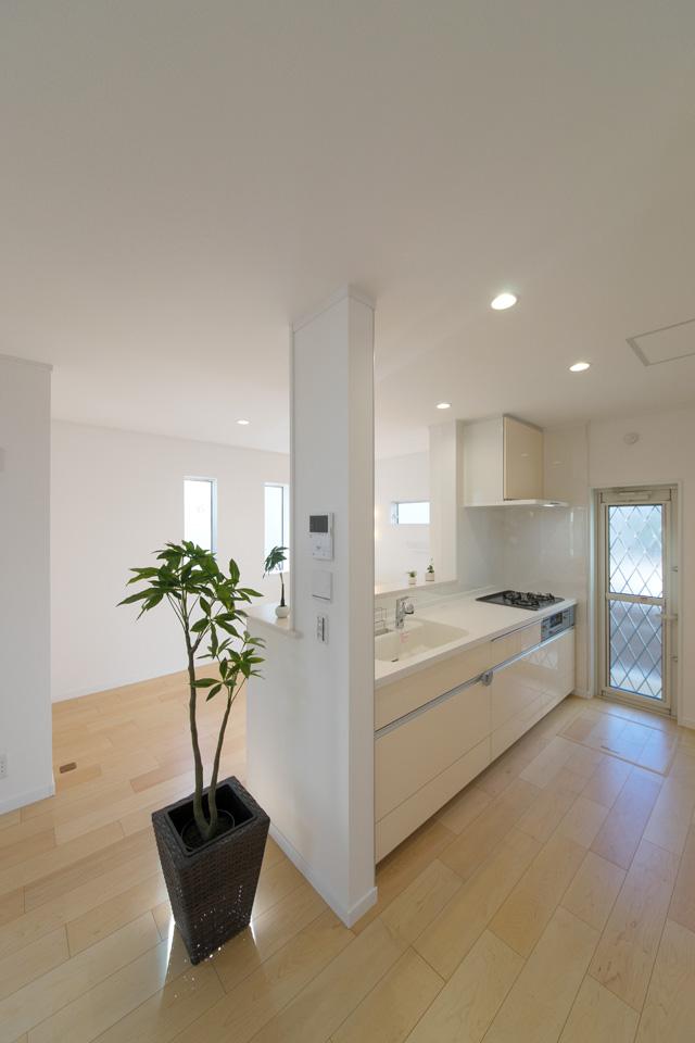 1Fキッチンはホワイト をベースにミストイエローの扉を組み合わせ、ナチュラルでやさしい印象に。