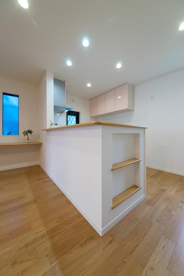 使えるスペースは有効活用!キッチンカウンター脇に、ニッチを造作しました。こんな所にも!と、細部へのこだわりがオシャレです。