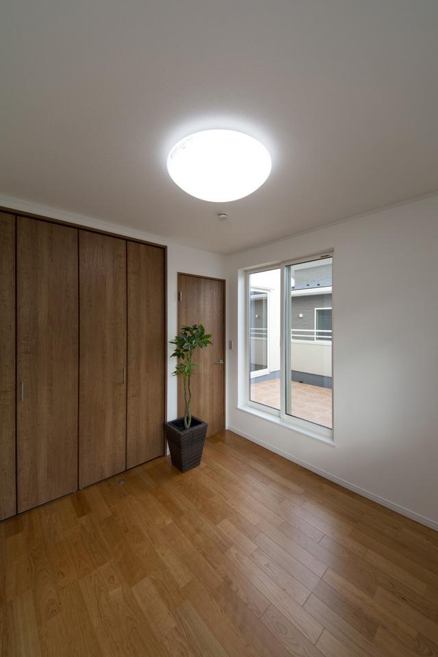 ブラックチェリーのフローリングが、落ち着いたお部屋の雰囲気を演出する2階洋室。