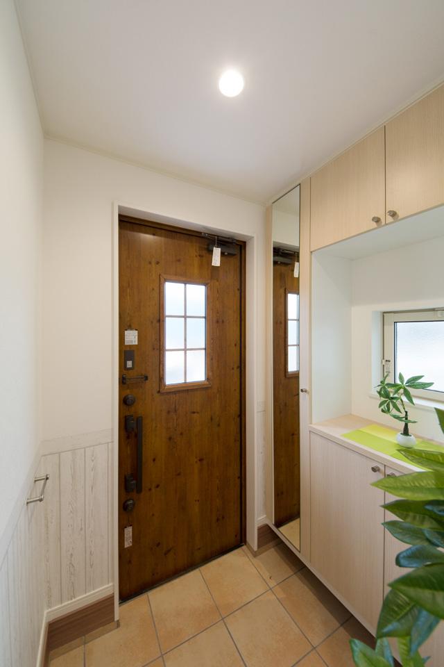 玄関ドア脇にわんちゃん用「リードフック」を設置。傘や買い物のエコバックを掛けてもOK