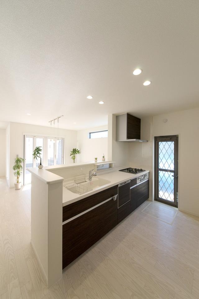 キッチンは、白をベースに木目調のダークブラウン系の扉を組合せて、モダンな仕上がりとなりました。