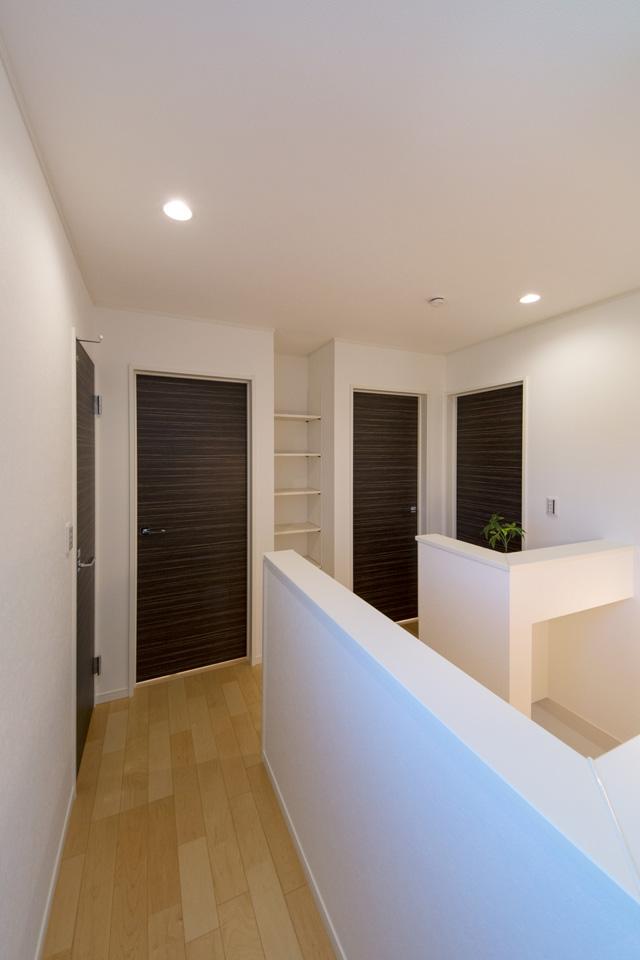 2Fホール。ダークブラウン系色柄の各部屋ドアがモダンでスッキリとした印象です。