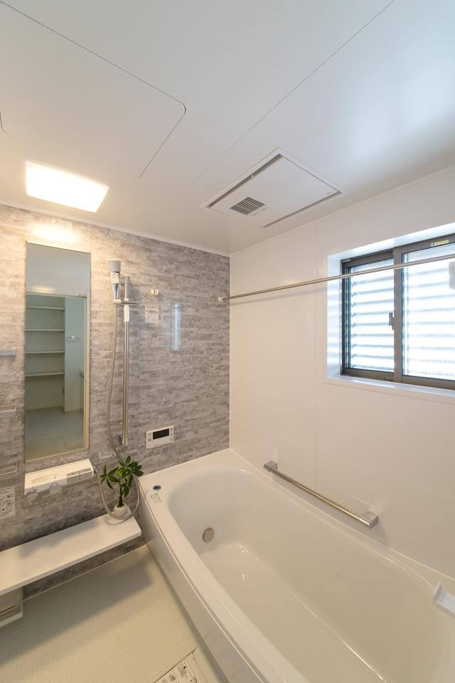 壁は白をベースにして、ライトグレーの石目柄アクセントパネルを使用しました。