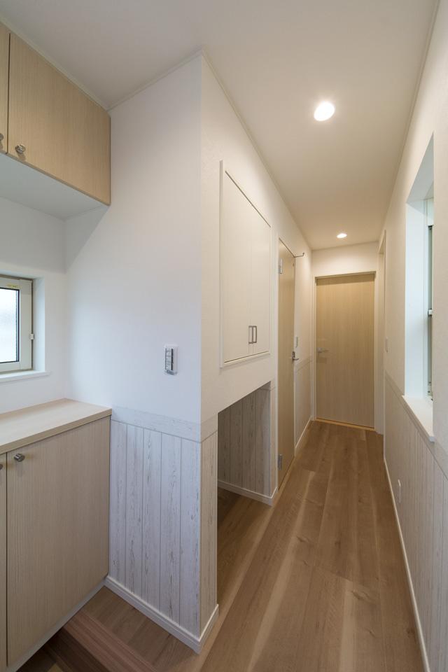 1階廊下。収納スペースを設け、散らかりがちなアイテムをまとめてスッキリ