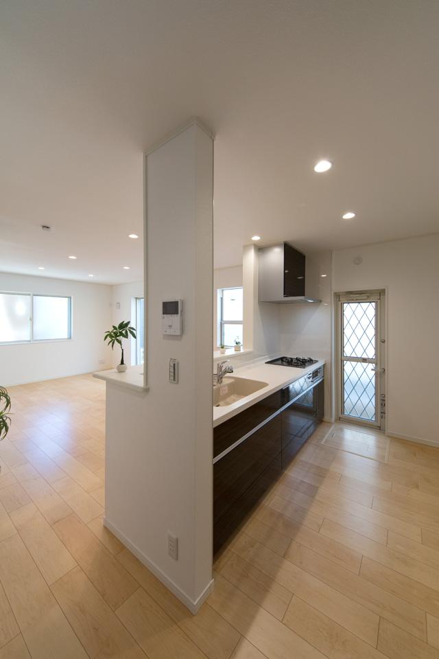 セミオープン型対面キッチンの扉は、チャコールゼブラの色柄でモダンな仕上がりとなりました。