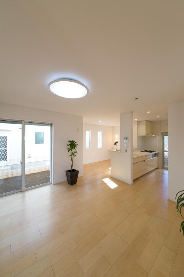 1Fリビング、ダイニング、キッチンが、仕切りのないひとつの大きな空間に。家全体がオープンな空間な為、コミュニケーションがとりやすくなります。
