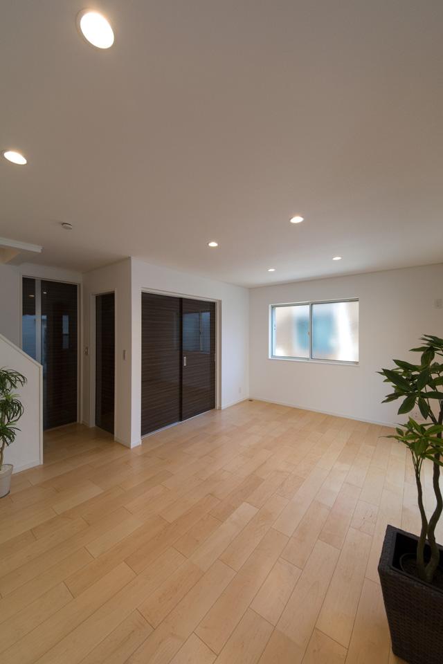 1Fリビング、ダイニング。淡い光沢を放つ美しい肌色『ハードメープル』のフローリングがお部屋を明るい空間に演出します。