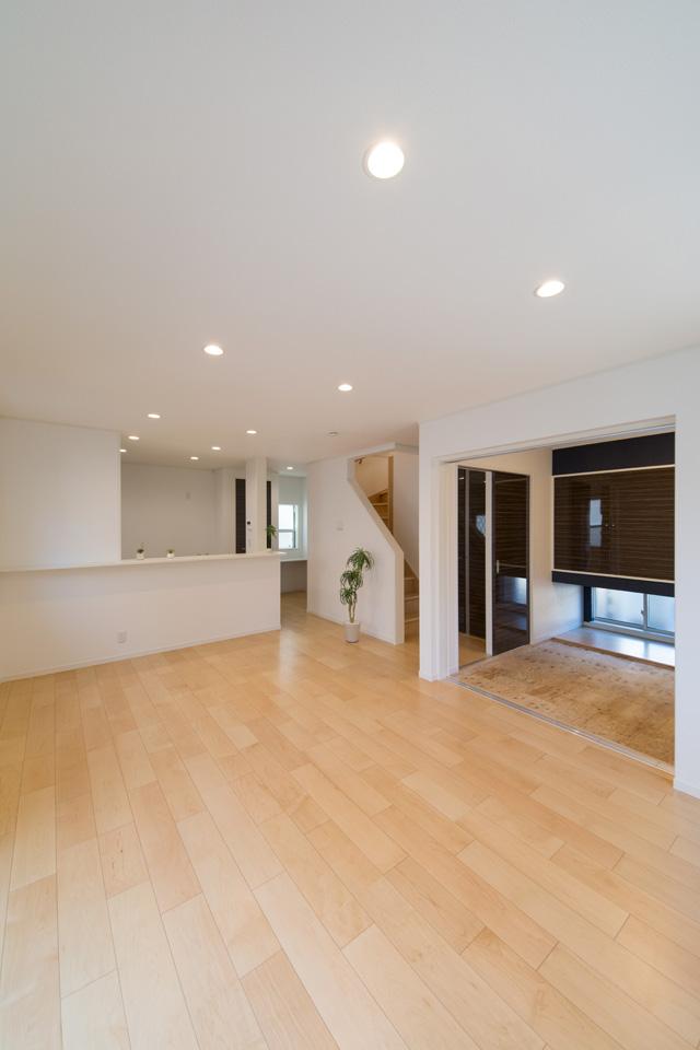 この広い空間の一角にある扉を開けると、畳敷き洋室(写真は畳設置前)が。「和のなごみ」と「洋モダン」が見事に融合しています。