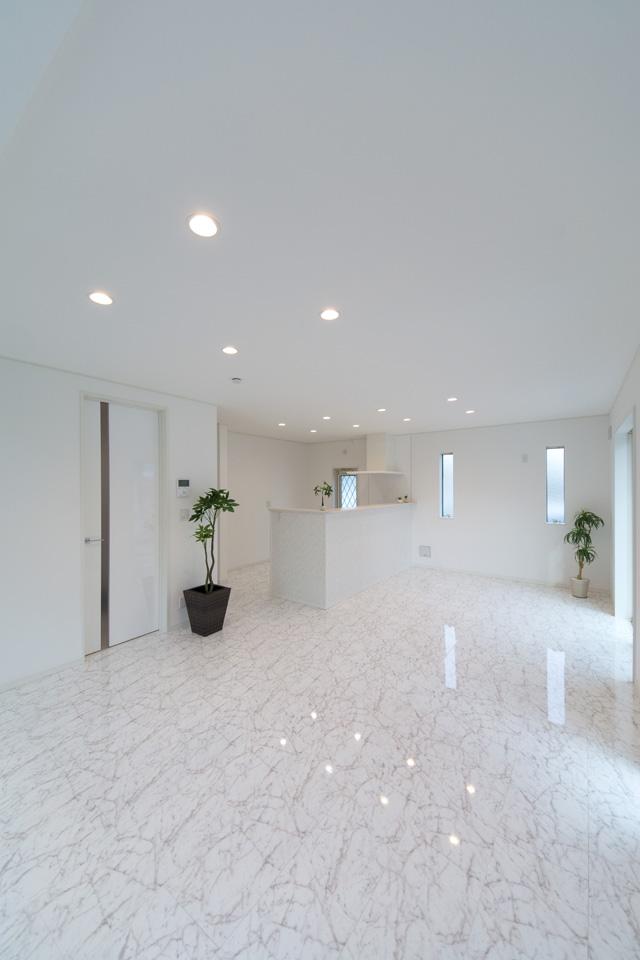 ホワイトで統一された、凹凸の少ない間取りは、シンプルモダンスタイルで、空間の広がりと明るさをもたらします。