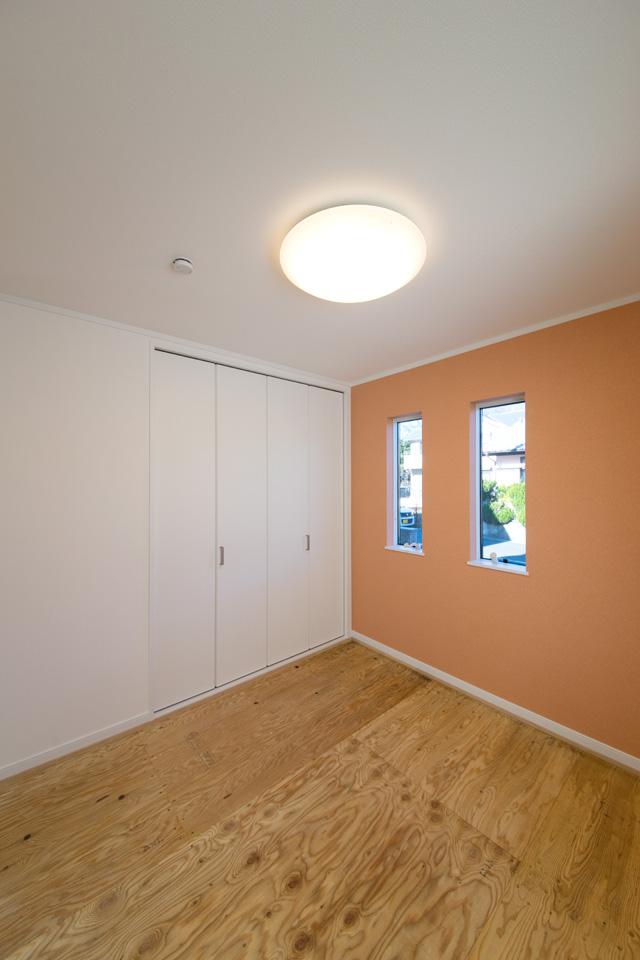 1F畳敷き洋室(写真は畳設置前)。オレンジ系のアクセントクロスがスタイリッシュです。