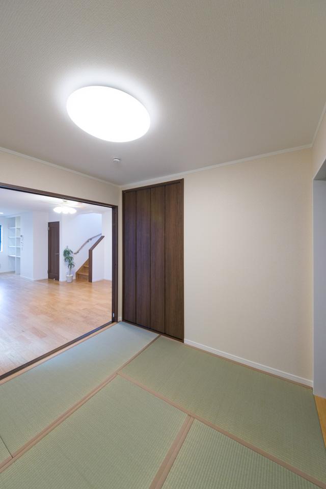 1F畳敷き洋室。畳のグリーンと、洋風クローゼットのミディアムブラウンが、和モダンな空間を演出します。