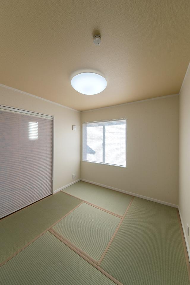 1F畳敷き洋室。桜模様の和風クロスが風情があり、落ち着く空間です。