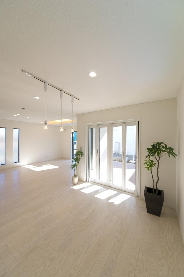 キッチン、ダイニング、リビング全体がとても明るく開放的で、一体感があります。