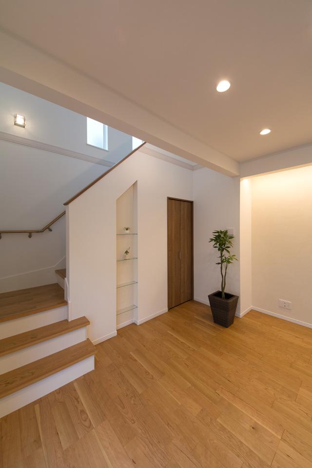 階段下は収納スペース+オシャレなガラスのシェルフ(飾り棚)を設置しました。
