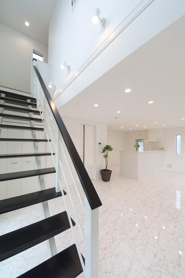 ナイトブラック色のオープン階段がアクセントとなり、スタイリッシュな空間を演出します。