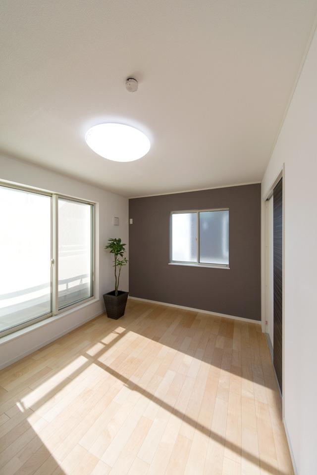 2F寝室。グレー系アクセントクロスがモダンな空間を演出します。