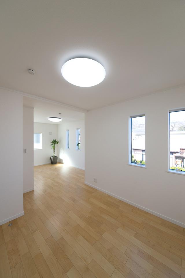 2F白を基調としたナチュラルで落ち着いた雰囲気のお部屋。将来の子供部屋分割を考慮に入れた設計です。