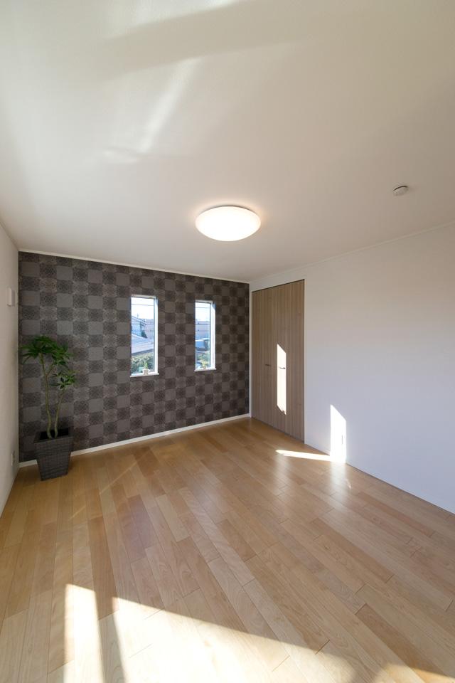 2F洋室、ダークブラウンのアクセントクロスで、雰囲気のある寝室に。