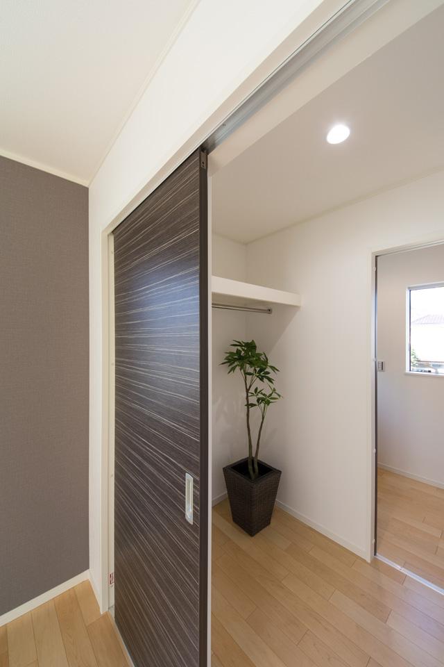 2Fホール・寝室間にファミリークロークを設置。家族一緒に使うクローゼットですので、洗濯物を畳んだ後、こちらにしまえば、動線を減らすことができます。