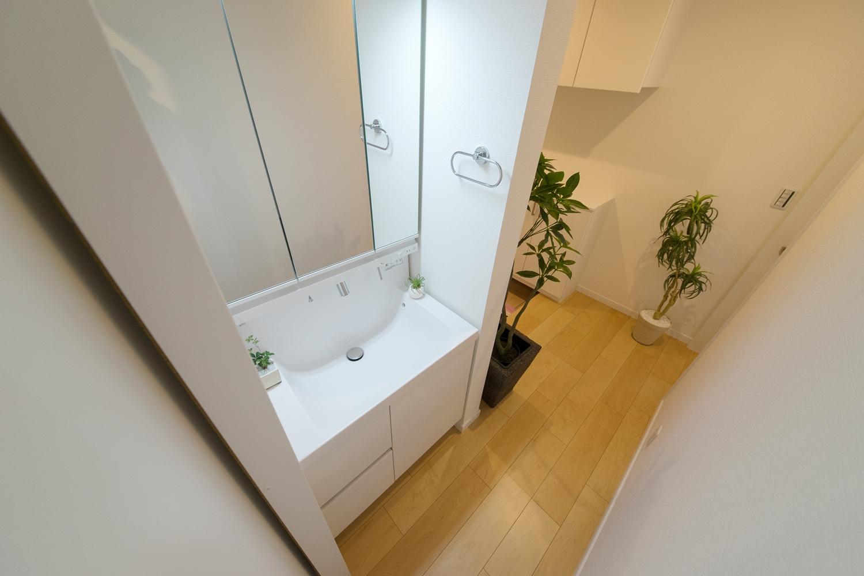 1F独立洗面化粧台。バスルームから独立している為、気兼ねなくお客様をお通しできます。