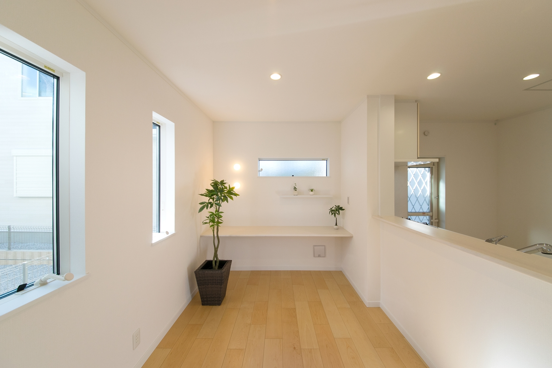 1Fダイニングに縦・横すべり窓を設置。差し込む光がお部屋を明るくし、風通しが良く、快適な空間です。