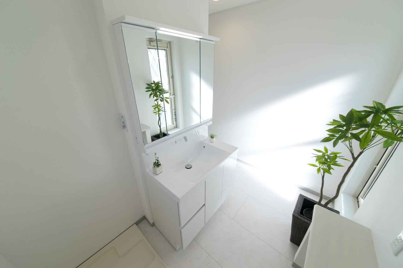 2F白を基調とした清潔感のあるサニタリー兼ランドリールーム。