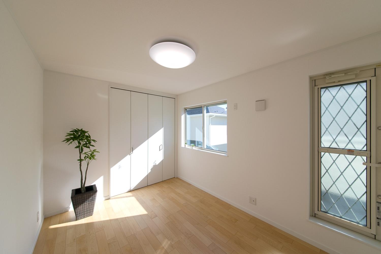 2F白を基調としたナチュラルで落ち着いた雰囲気の寝室。