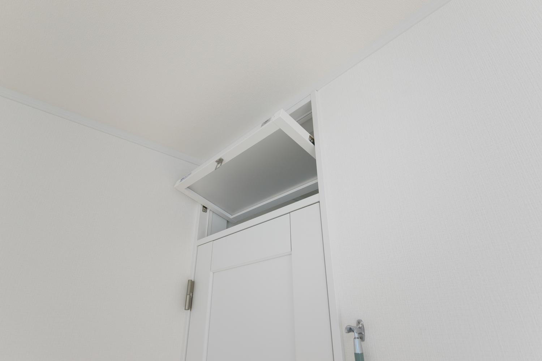 """2F寝室。家の中に""""風""""の通り道をつくる快適性を配慮した『ランマ付ドア』。"""