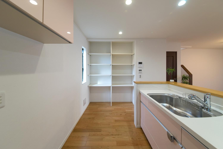 キッチン横にはダボレール棚を設置しました。収納したい物によって自由に高さをカスタマイズできる優れものです!