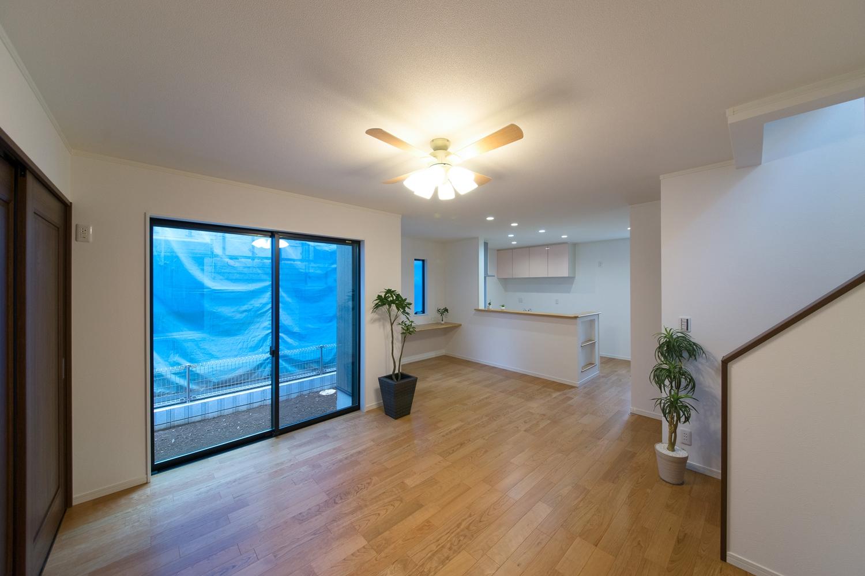 ブラックチェリーのフローリング、シーリングファン(照明)の光が、落ち着いたお部屋の雰囲気を演出します。