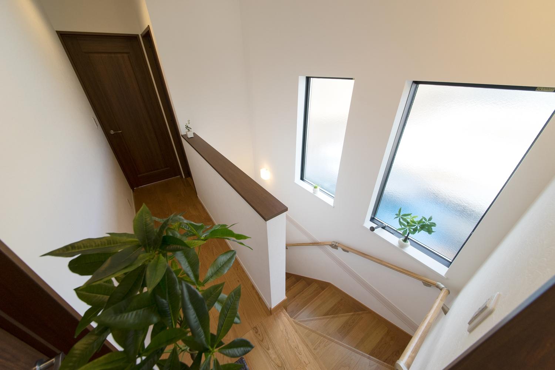 窓の光が差し込む、明るい階段。手摺を設置して上り下りも安全です。