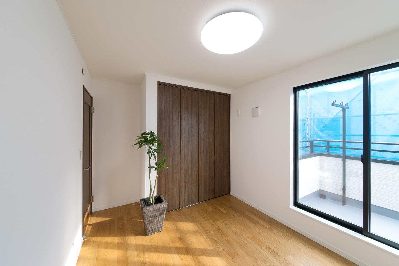 ブラックチェリーのフローリングが、ナチュラルで落ち着いたお部屋の雰囲気を演出します。