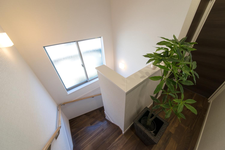 大きな窓を設えた、明るく開放感のある階段。