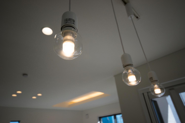 コロンとしたボール球デザインの照明