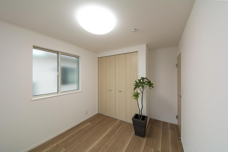 2F白を基調としたナチュラルで落ち着いた雰囲気のお部屋に