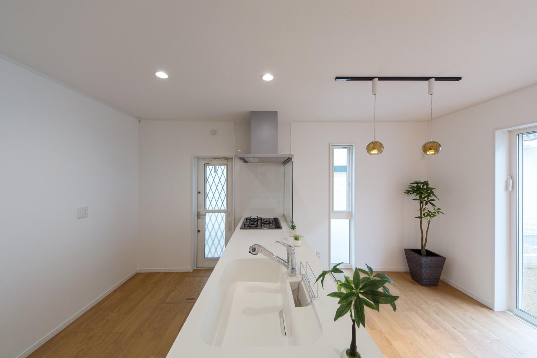 とても開放的なダイニングキッチン。壁や、キッチン上部の収納をあえて無くして、スッキリとしました。会話もしやすいですね。