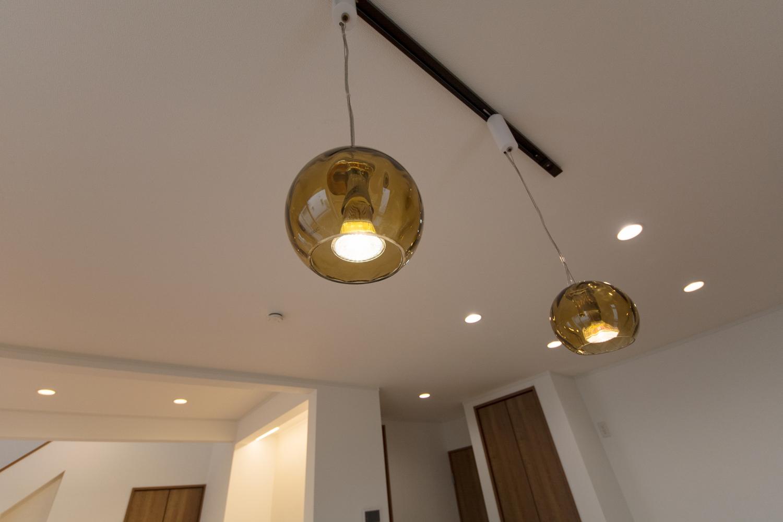 ガラスシェードのペンダントライトが、ダイニングテーブルを暖かい光で包み、オシャレなレストランの様な雰囲気を演出します。