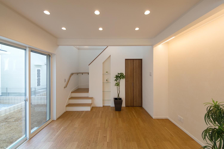 紅褐色のやわらかな木肌ブラックチェリーのフローリングとやわらかな照明の光が、落ち着いたお部屋の雰囲気を演出します。
