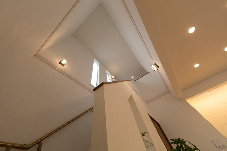 窓の光が差し込む、明るい階段。下から見上げると吹き抜け感があり開放的です。