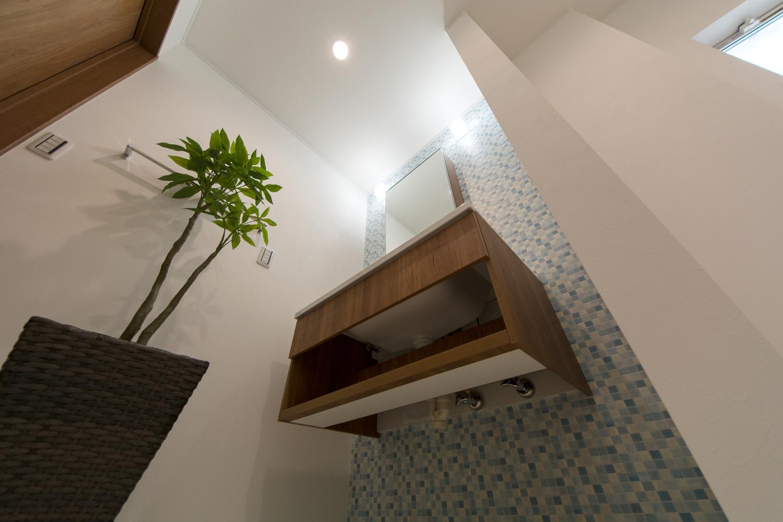 足元に空間を持たせたスタイリッシュなタイプ。ユニットが床から離れているので、空間がすっきりとするとともに、床の掃除も楽に行えるのもメリット。