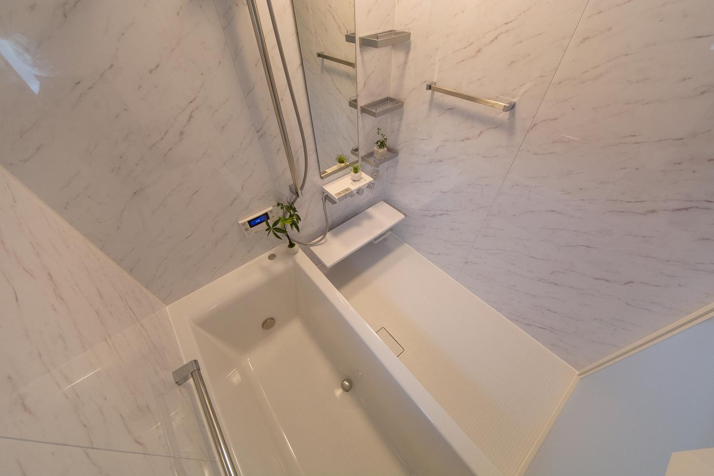 大理石超のホワイトカラーが、シンプルながら高級感のある空間を演出します。
