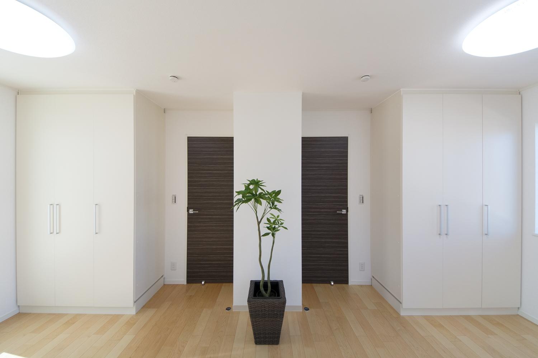 2F洋室。『ハードメープル』のフローリングが、ナチュラルな印象です。将来の子供部屋分割を考慮に入れた設計です。