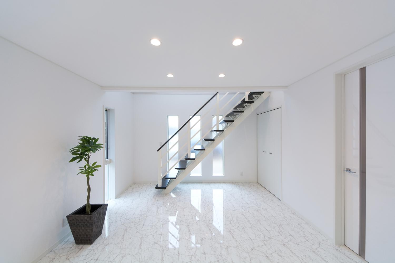 ホワイト系で統一された中でも、壁・床・ドアの異なった素材感が、白の深みを演出します。