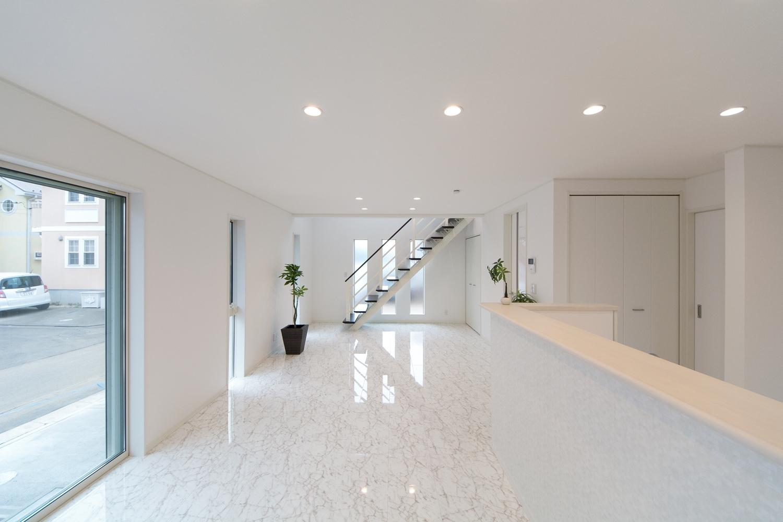ホワイトで統一されたリビング、ダイニング、キッチンカウンターはスタイリッシュで、ホテルのロビーの様な空間を演出します。