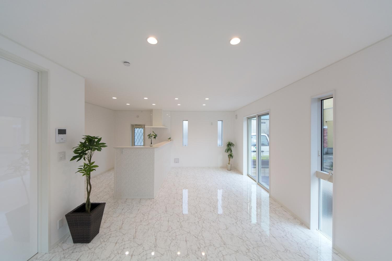 ホワイトで統一された中でも、床は高級感のある大理石の風合いをリアルに再現した、美しい鏡面仕上げの上質なものを使用。