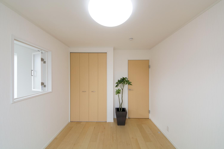 2F洋室―吹抜けの階段側に室内用の『風通窓』を設置しました。効率的な排熱を可能にし、見た目もオシャレで開放的です。