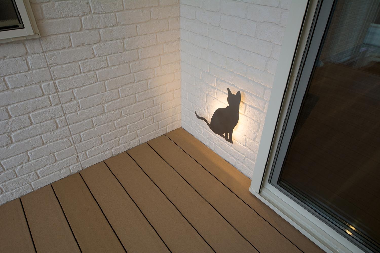 ウッドデッキの壁に、ネコをモチーフにしたペット好きにはたまらないオシャレで可愛らしい照明。
