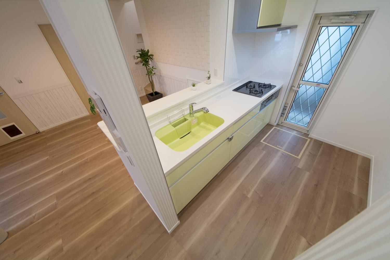 キッチンは白を基調に、ミストグリーンとライムグリーンをアクセントとし、明るい印象に