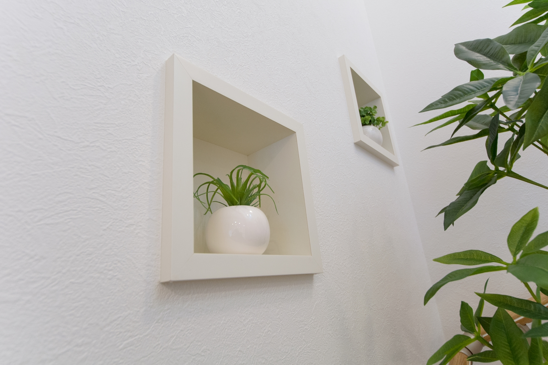 階段の飾り棚「ウォールニッチ」。観葉植物などでオシャレな空間を演出