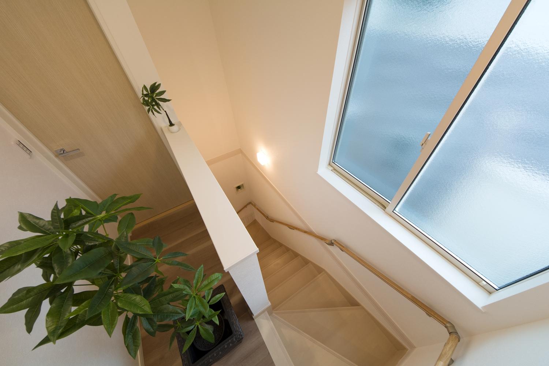 大きな窓をしつらえた、明るく開放感のある階段
